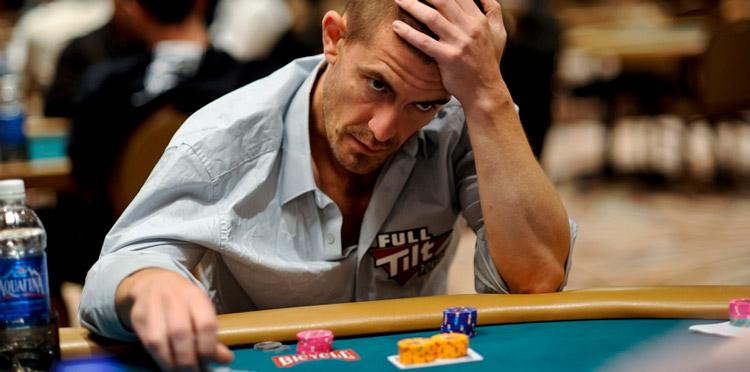мужчина за игральным столом